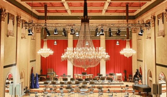 na zdjęciu żarówki led fialment dekoracyjne w filharmonii