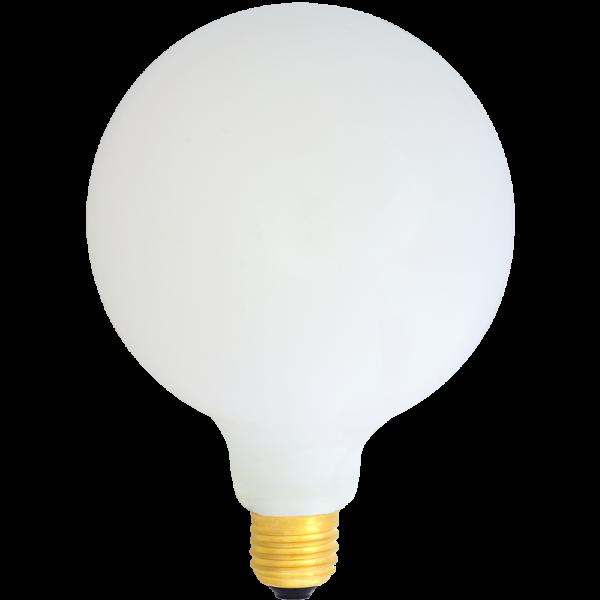Na zdjęciu żarówka LED mleczna duża kula G95 lub G125. Żarówka mleczna znakomicie prezentuje się w lampach wiszących